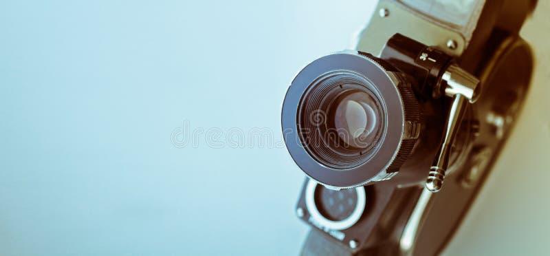Macchina fotografica del telemetro dell'annata isolata sopra bianco fotografia stock