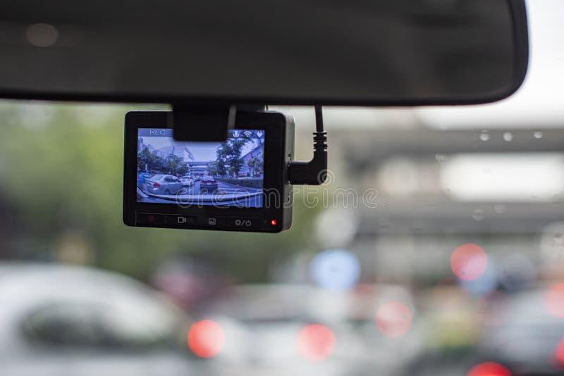 Macchina fotografica dell'automobile che registra un ingorgo stradale davanti ad un'automobile come occasione normale in una gran immagini stock