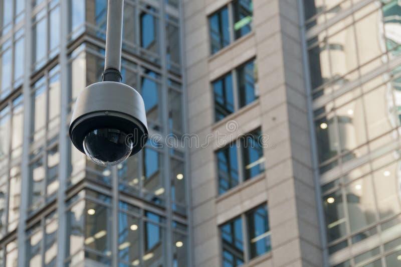 Macchina fotografica della cupola di sicurezza di sorveglianza del CCTV nel centro urbano fotografie stock libere da diritti