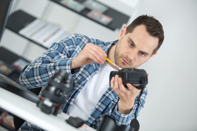 Macchina fotografica della foto di manutenzione all'officina fotografie stock libere da diritti