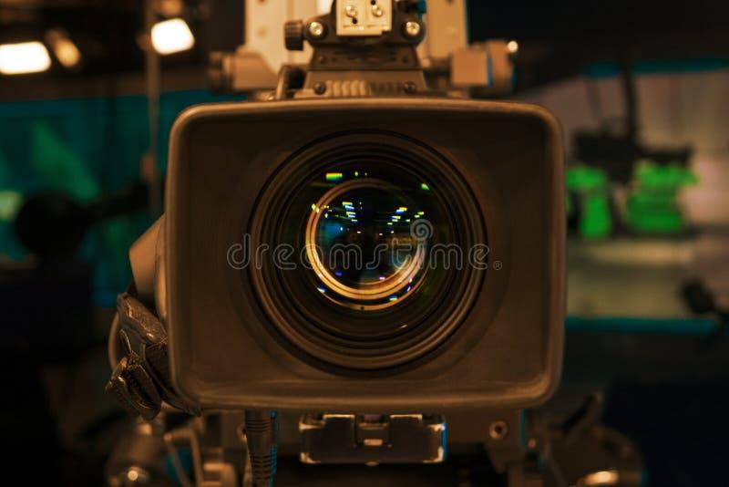 Macchina fotografica della pellicola della televisione con il fuoco sull'orlo dell'obiettivo immagini stock