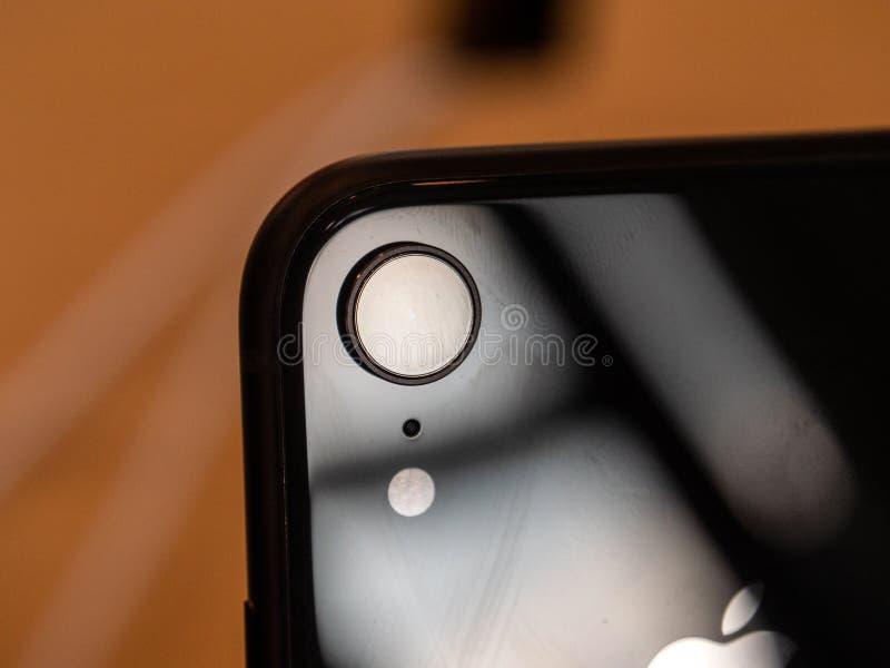 Macchina fotografica dello smartphone della parte posteriore di iPhone XR dei calcolatori Apple immagini stock libere da diritti