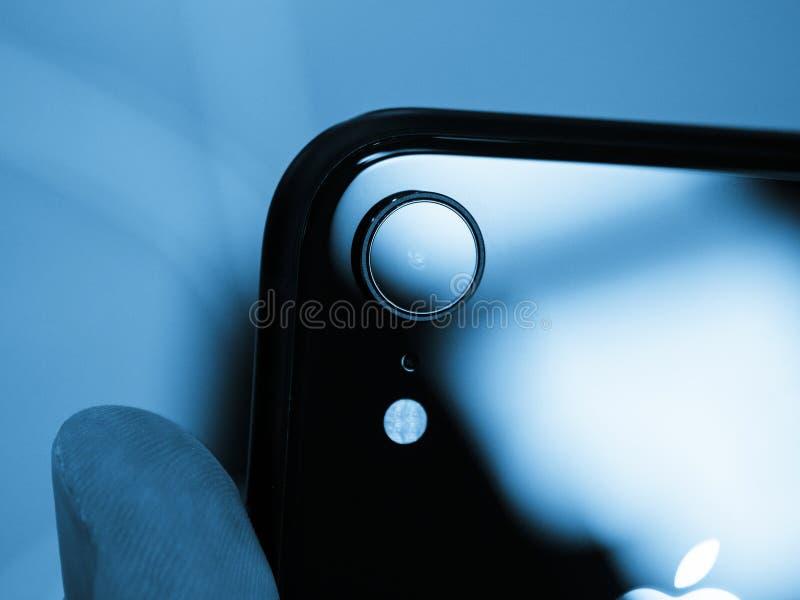 Macchina fotografica dello smartphone della parte posteriore di iPhone XR dei calcolatori Apple fotografia stock