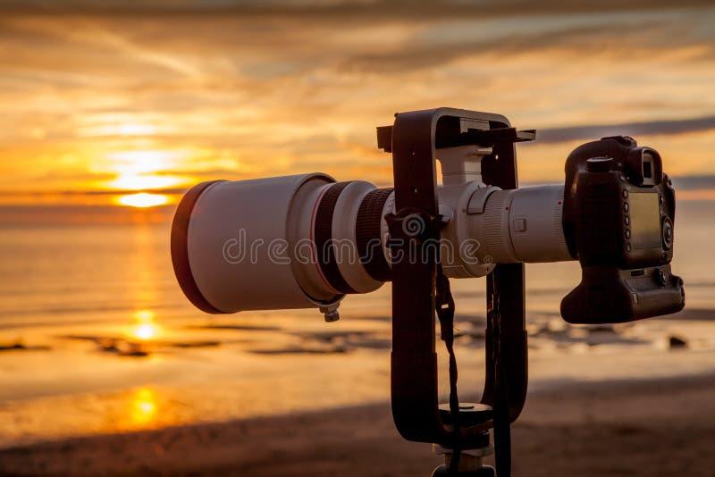 Macchina fotografica di DSLR al tramonto fotografie stock libere da diritti