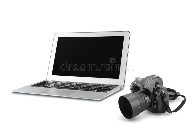 Macchina fotografica di DSLR e computer portatile dell'argento con lo schermo in bianco immagine stock