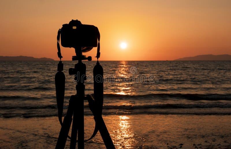 Macchina fotografica di DSLR mentre sparando oceano fotografia stock