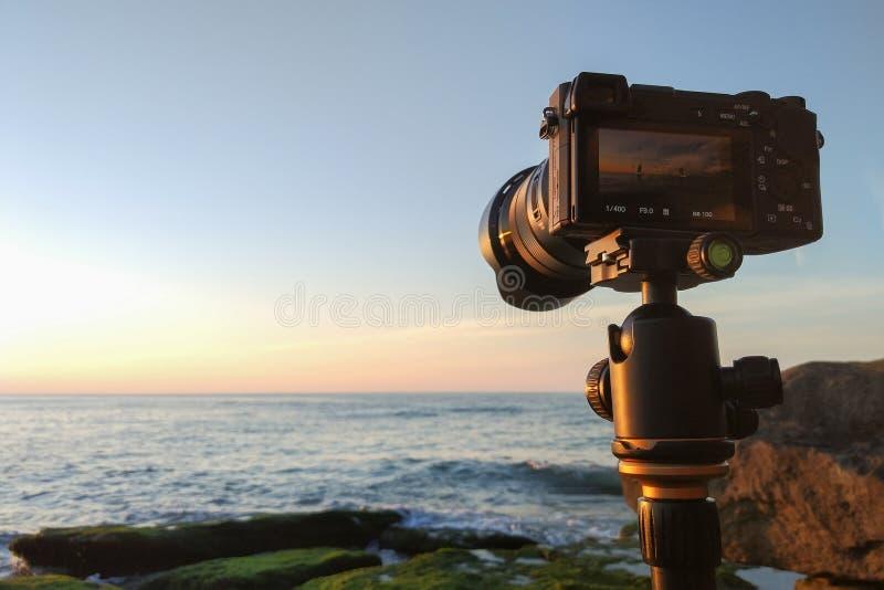 Macchina fotografica di Mirrorless su un treppiede dal mare fotografie stock libere da diritti
