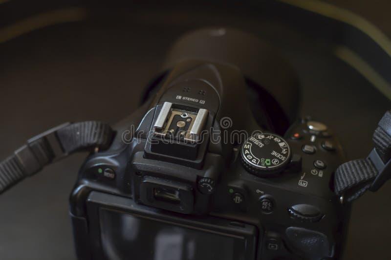 Macchina fotografica digitale che si trova su una tavola scura fotografia stock libera da diritti