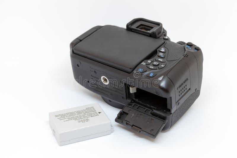 Macchina fotografica digitale con il compartimento di batteria aperto fotografia stock libera da diritti