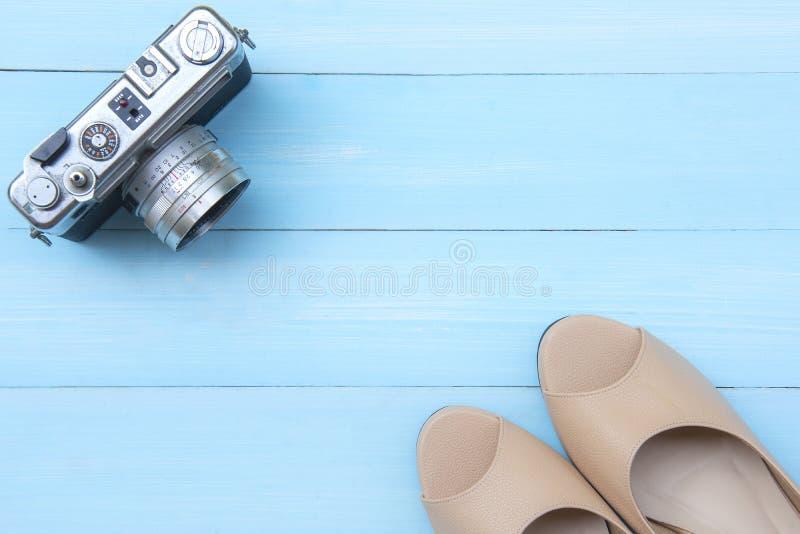 Macchina fotografica e scarpa di signora immagini stock