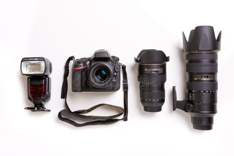 Macchina fotografica, lenti e flash di SLR su fondo bianco immagini stock libere da diritti
