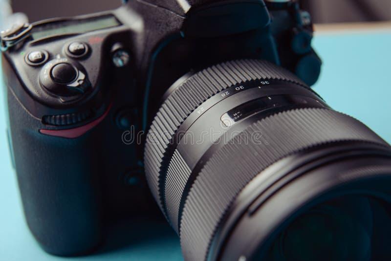 Macchina fotografica moderna professionale di DSLR fotografia stock libera da diritti