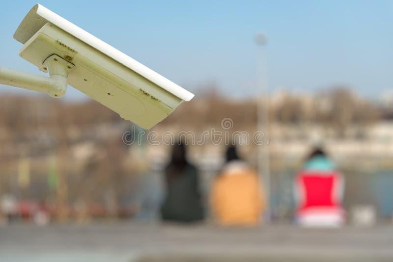 macchina fotografica o sistema di sorveglianza del CCTV di sicurezza con i turisti su fondo confuso fotografie stock libere da diritti