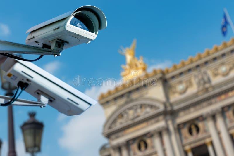 macchina fotografica o sistema di sorveglianza del CCTV di sicurezza con il monumento antico su fondo confuso fotografie stock