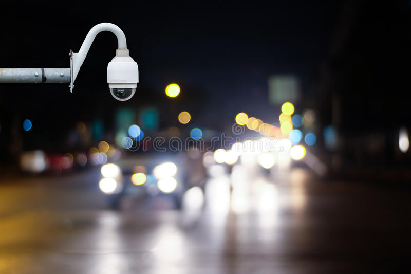 Macchina fotografica o sorveglianza del CCTV che funziona sulla strada di traffico fotografia stock libera da diritti