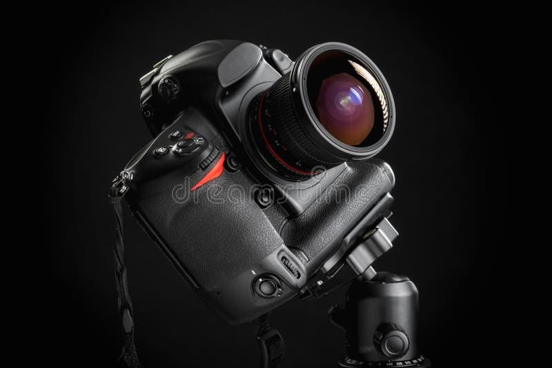 Macchina fotografica professionale con il grandangolo sul treppiede fotografia stock