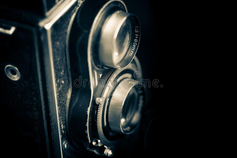 Macchina fotografica reflex gemellata dell'annata isolata sul nero immagini stock libere da diritti