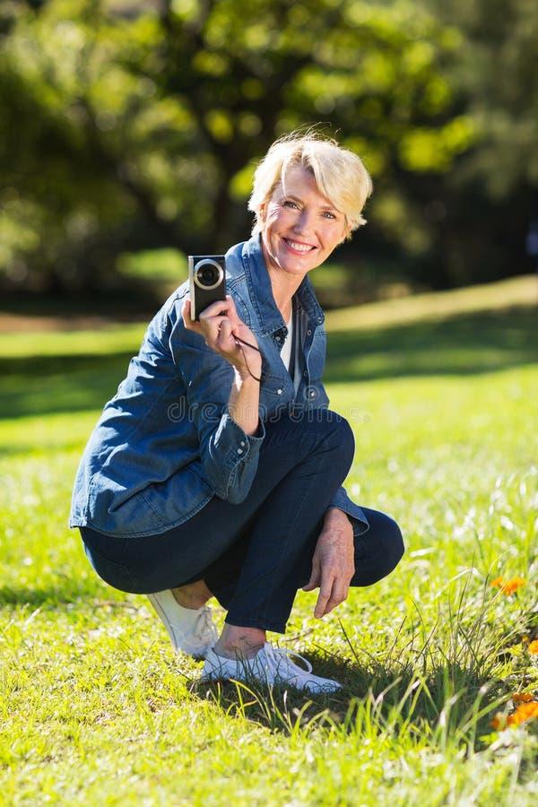 Download Macchina Fotografica Senior Della Tenuta Della Donna Fotografia Stock - Immagine di femmina, erba: 55352186