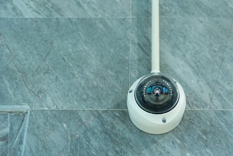 Macchina fotografica, videocamera di sicurezza o sorveglianza del CCTV funzionante sulla parete fotografia stock libera da diritti