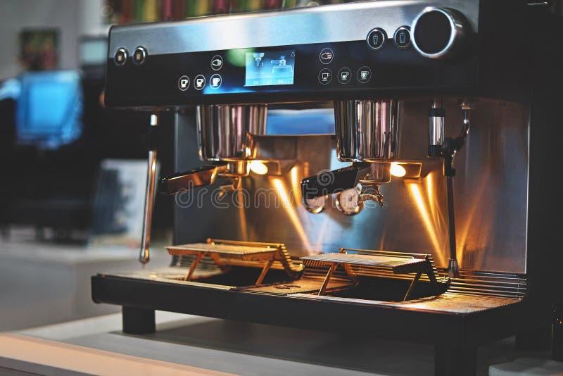 Macchina industriale professionale del caff? in una barra immagini stock libere da diritti