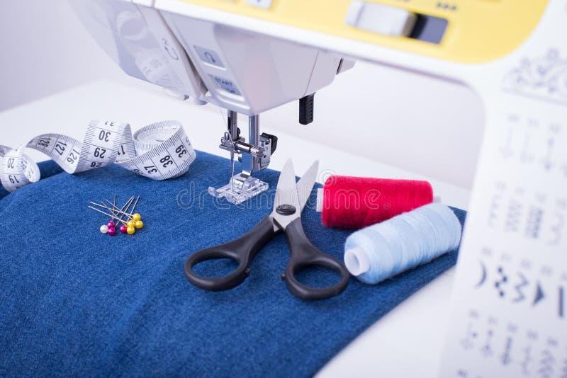 Macchina per cucire, accessori per il cucito e Jean Cloth fotografia stock