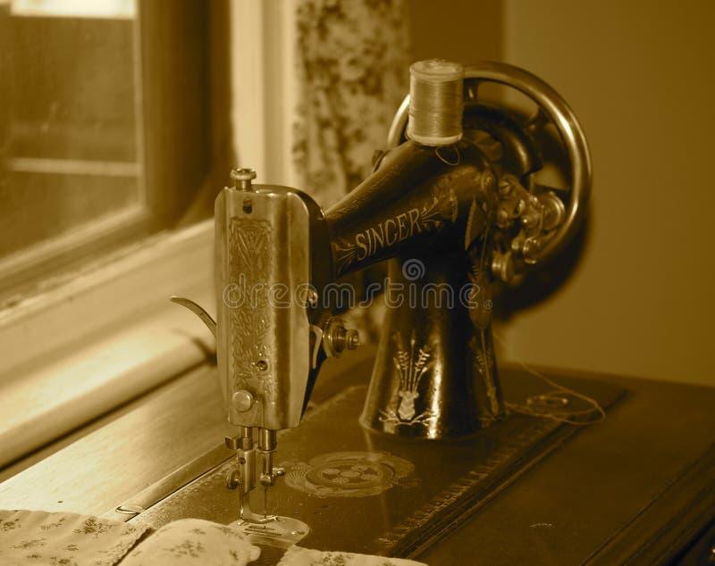 Macchina per cucire antica nel tono di seppia fotografia stock