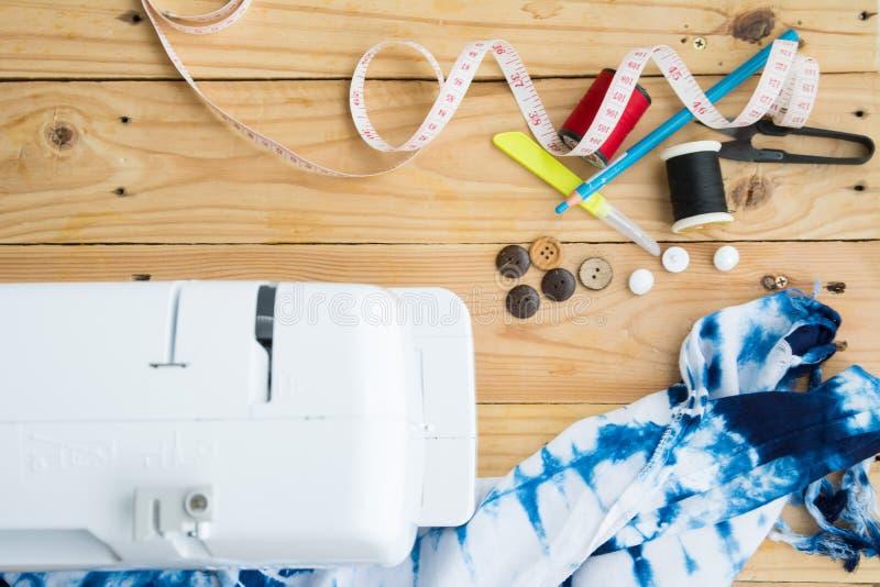 Macchina per cucire con i rifornimenti di cucito fotografie stock