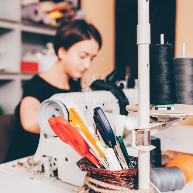 Macchina per cucire del lavoro del sarto da donna del gruppo di lavoro del sarto immagini stock libere da diritti