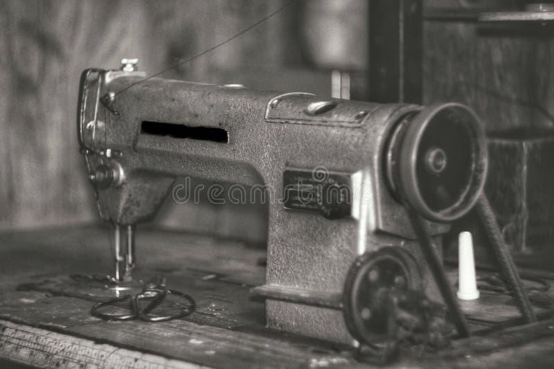 macchina per cucire della vecchia scuola fotografie stock libere da diritti