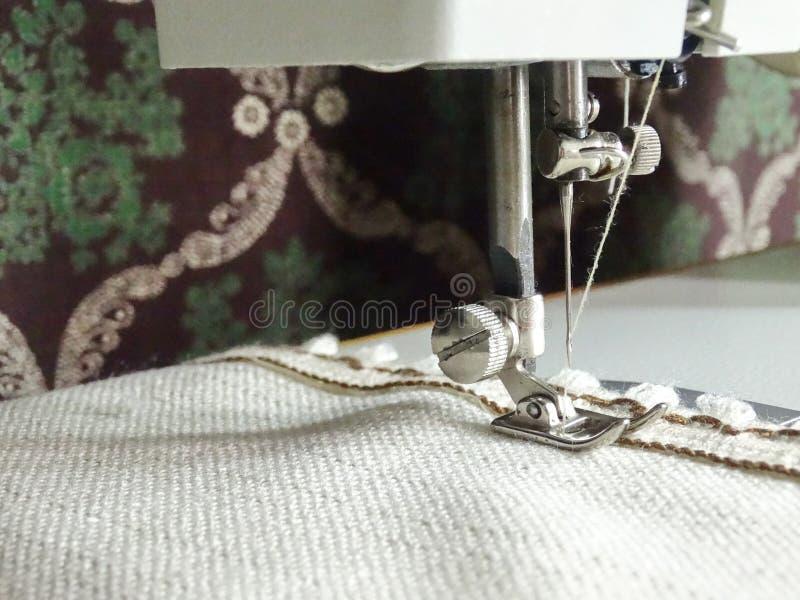 Macchina per cucire e un tessuto naturale fotografia stock