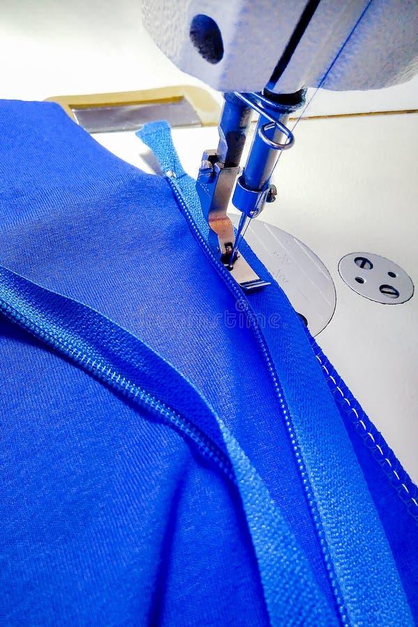 Macchina per cucire, fabbricazione di abbigliamento, fotografia stock libera da diritti