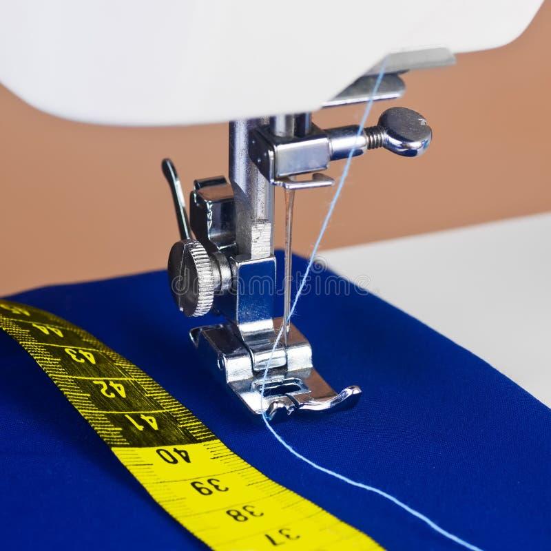 Macchina per cucire, filetto e un nastro di misurazione giallo fotografie stock libere da diritti