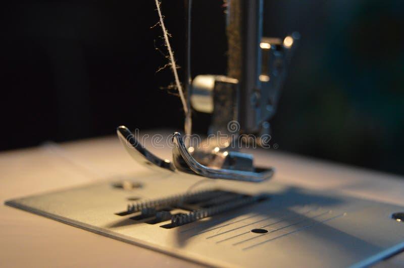 Macchina per cucire mentre fabbricando fotografia stock