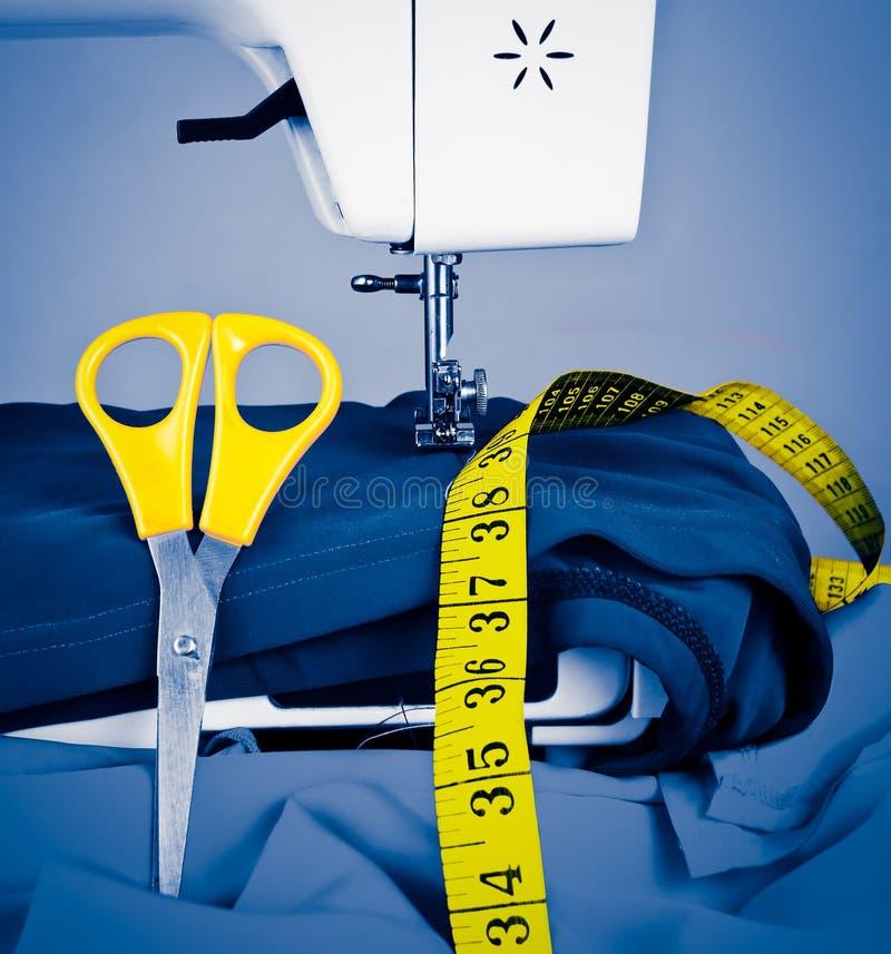 Macchina per cucire, nastro di misurazione e forbici immagini stock libere da diritti