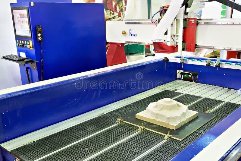 Macchina per incidere di fresatura di CNC fotografie stock