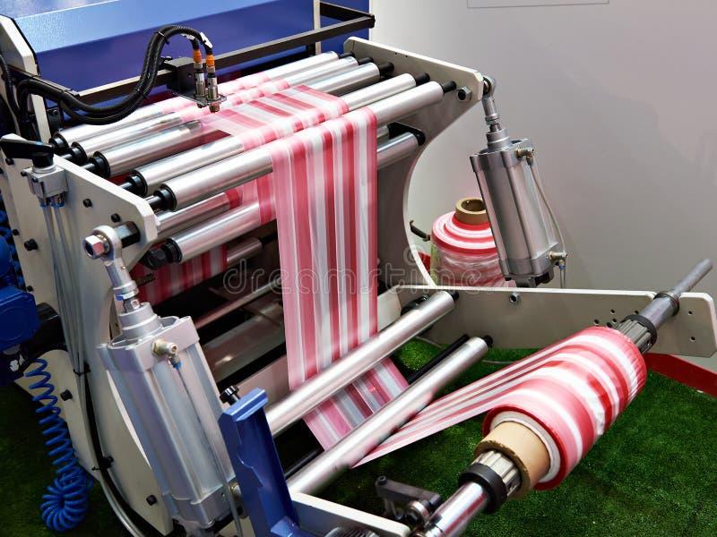 Macchina per la fabbricazione dei sacchetti di plastica immagini stock