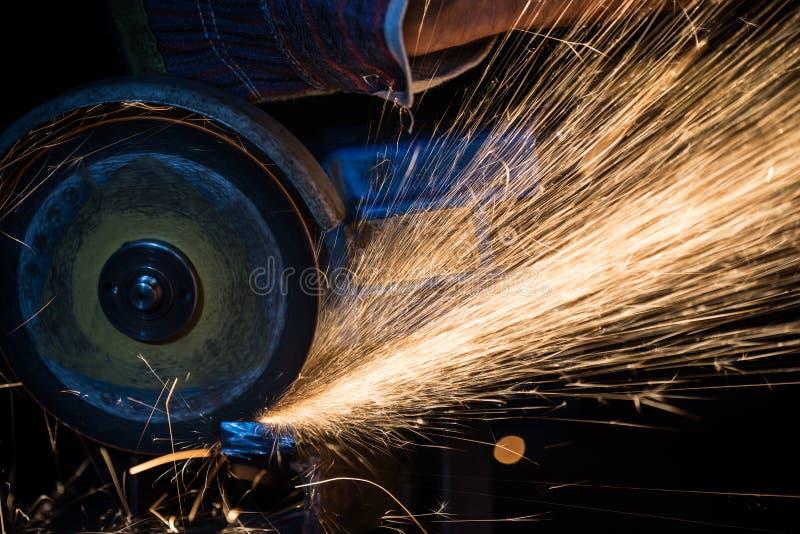 Download Macchina Per La Frantumazione Nell'azione Con Le Scintille Luminose Immagine Stock - Immagine di metallo, fumo: 56887809
