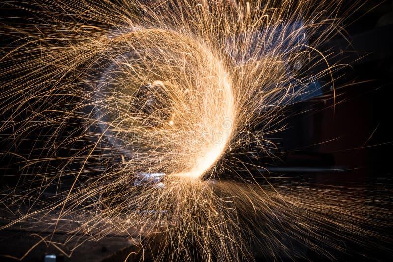 Download Macchina Per La Frantumazione Nell'azione Con Le Scintille Luminose Immagine Stock - Immagine di artigiano, complessivo: 56888449