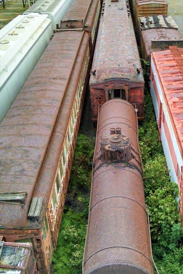Macchina per locomotive e carrozze ferroviarie fuori negli elementi fotografia stock libera da diritti