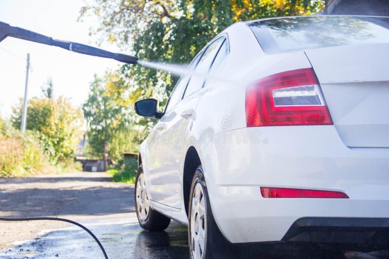 Macchina pulita di Washington dell'automobile, lavaggio di automobile con la spugna e tubo flessibile Macchina pulita di Washingt fotografie stock