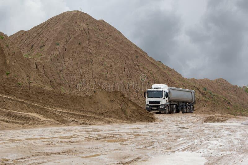 Macchina sulla cava della sabbia un giorno piovoso immagini stock libere da diritti