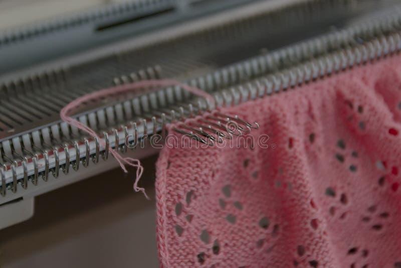 Macchina tricottante manuale Una macchina tricottante è un dispositivo utilizzato per creare i tessuti tricottati fotografia stock libera da diritti