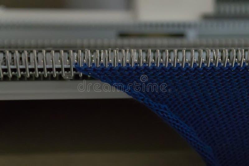 Macchina tricottante manuale Una macchina tricottante ? un dispositivo utilizzato per creare i tessuti tricottati fotografia stock