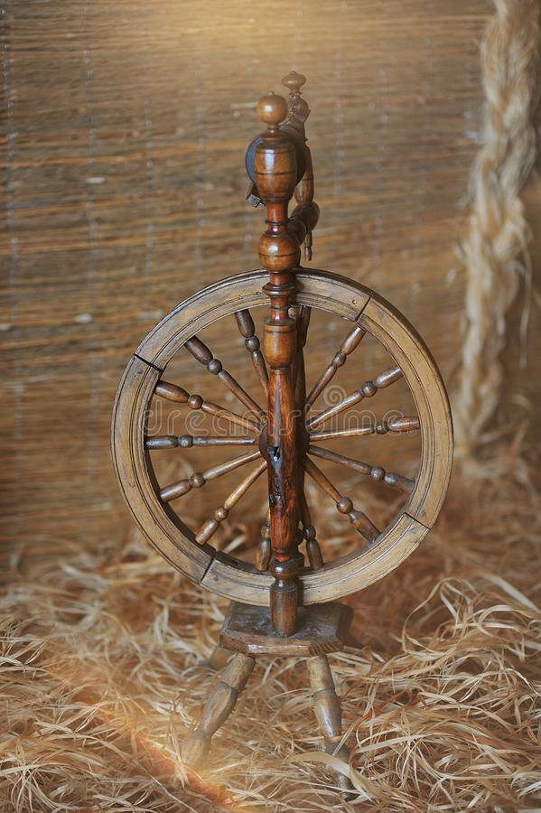 Macchina utensile d'annata - fili, un dispositivo per il filato di filatura della mano, uno di più vecchi mezzi di produzione immagine stock
