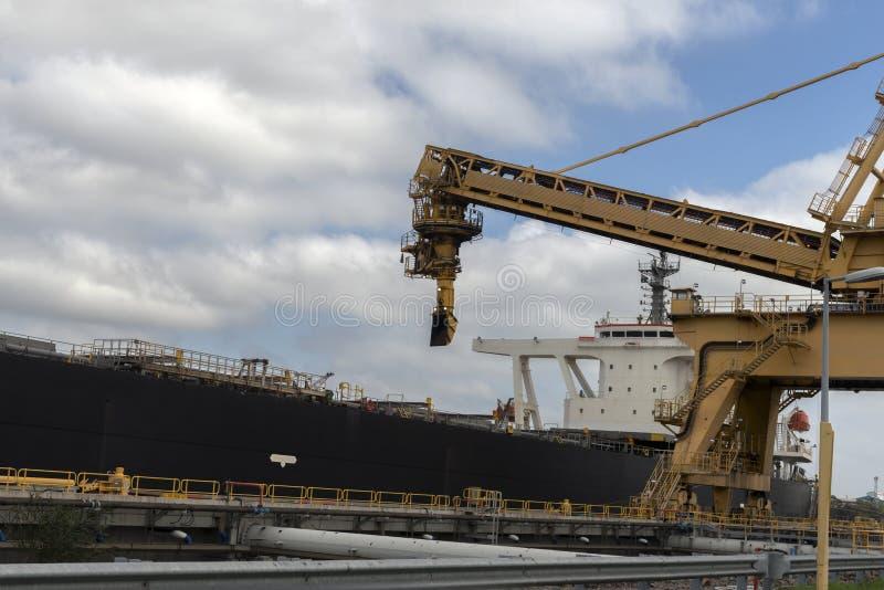 Macchinario che si prepara per caricare carbone in una nave fotografia stock