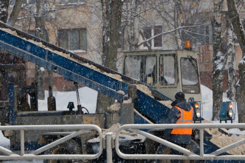 Macchinario con la strada di pulizia dello spazzaneve rimuovendo neve dalla strada principale interurbana dopo la bufera di neve  immagini stock libere da diritti