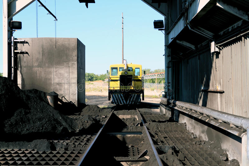 Macchinario ferroviario in una centrale elettrica infornata carbone immagine stock