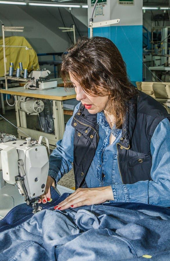 Macchine Da Cucire Industriali Con L'operatore Della ...