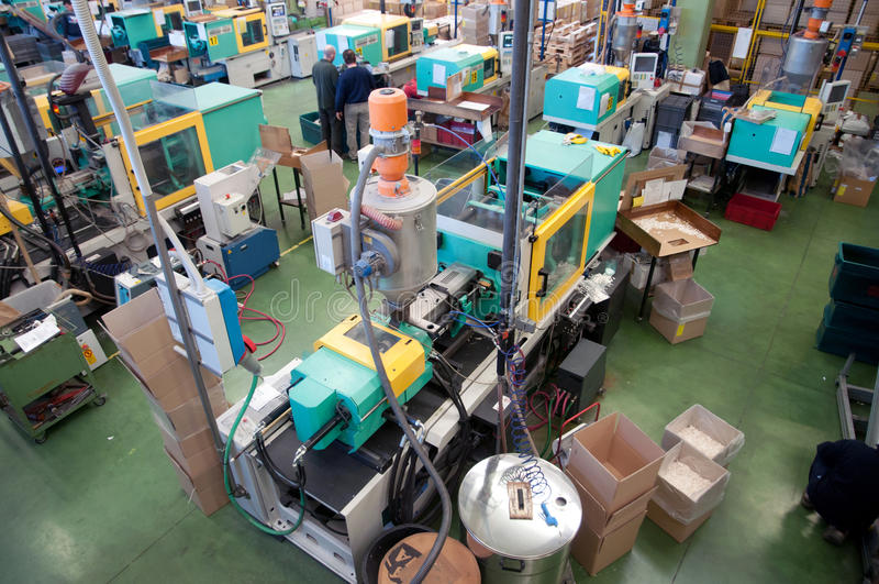 Macchine dello stampaggio ad iniezione in una grande fabbrica immagine stock