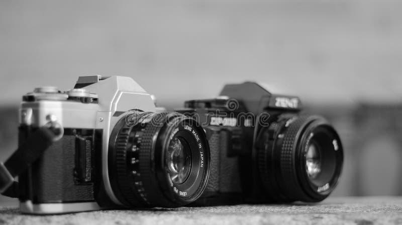 Macchine fotografiche analogiche in bianco e nero fotografia stock libera da diritti